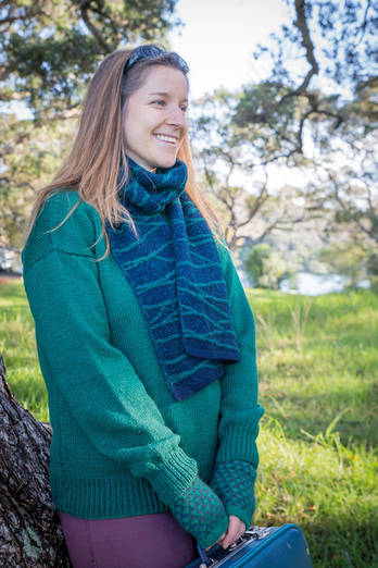 Tui | Midnight blue scarf with emerald lines